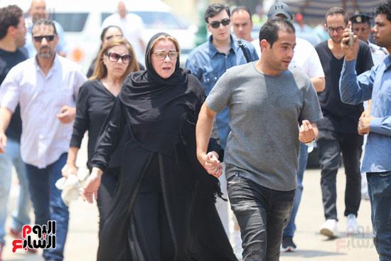 الحزن-يخيم-على-المشاركون-فى-جنازة-عزت-أبو-عوف