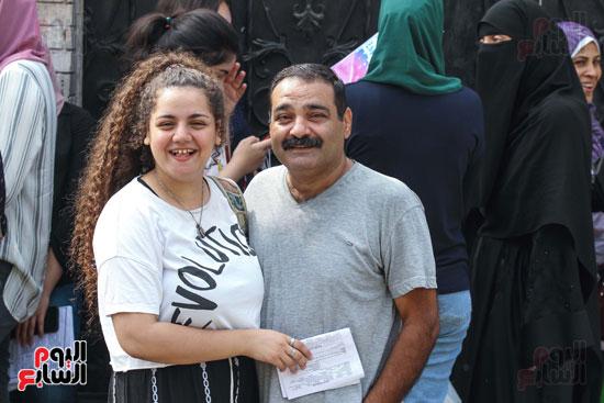 طالبة-بجانب-أبيها