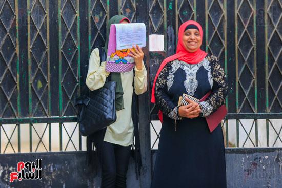 طالبة-تراجع-علي-الماده-بجانب-والدتها