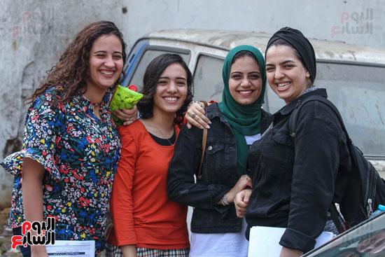 الطالبات-أمام-المدارس