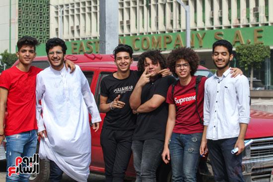 الطلاب-أمام-المدارس