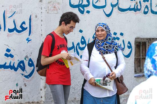 أحد-الطلاب-مع-أمه