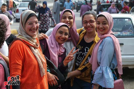 الطالبات-أمام-إحدي-المدارس-(2)