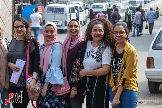 الطالبات-أمام-المدارس-(2)
