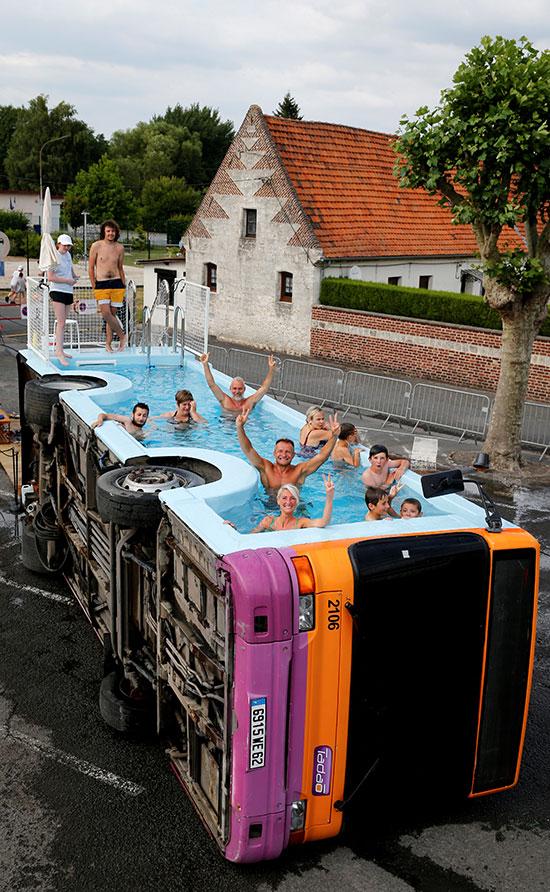فنان فرنسى يحولون أتوبيس خرج من الخدمة لحمام سباحة (4)