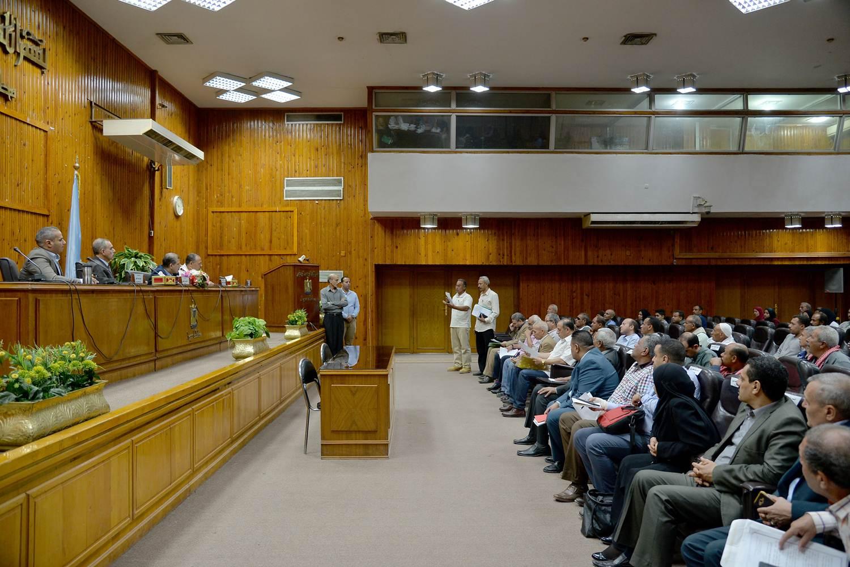 محافظ أسيوط يواصل لقائه الدوري بالمواطنين  (3)