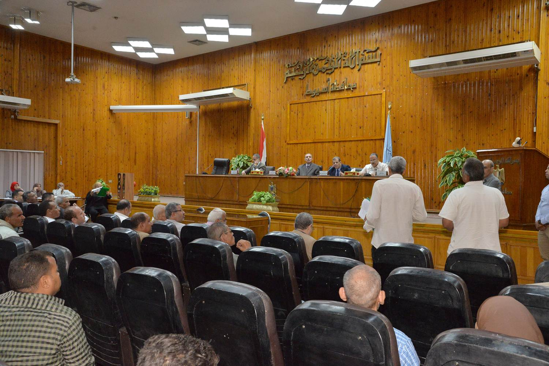 محافظ أسيوط يواصل لقائه الدوري بالمواطنين  (1)