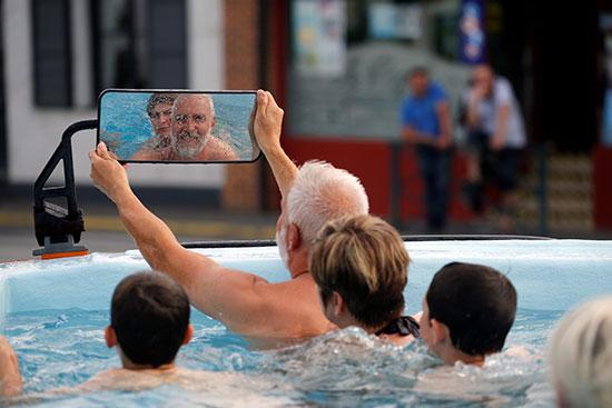 فنان فرنسى يحولون أتوبيس خرج من الخدمة لحمام سباحة (1)