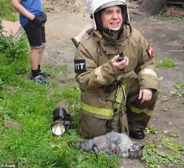 انقاذ قط بوضع جهاز الأكسجين من حريق بروسيا  (3)