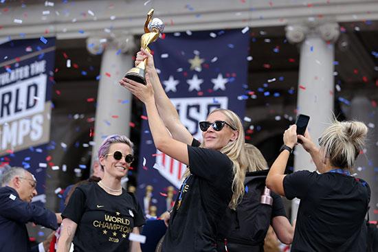 احتفالات منتخب أمريكا بشوارع نيويورك (11)