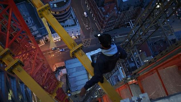 يوتيوبر بريطانى يتسلق رافعة لناطحة سحاب (1)