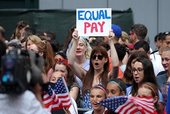 احتفالات منتخب أمريكا بشوارع نيويورك (9)