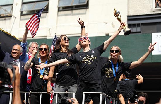 احتفالات منتخب أمريكا بشوارع نيويورك (4)