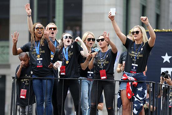 احتفالات منتخب أمريكا بشوارع نيويورك (8)