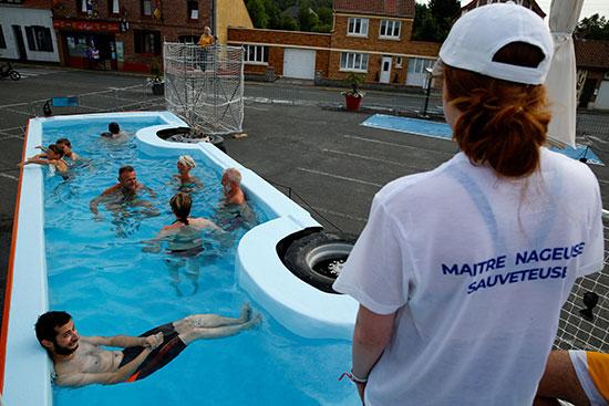 فنان فرنسى يحولون أتوبيس خرج من الخدمة لحمام سباحة (6)