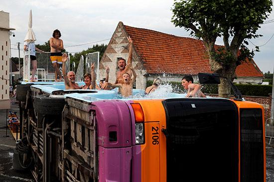 فنان فرنسى يحولون أتوبيس خرج من الخدمة لحمام سباحة (7)