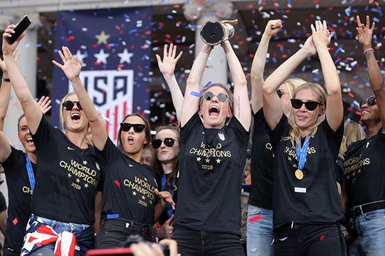 احتفالات منتخب أمريكا بشوارع نيويورك (10)