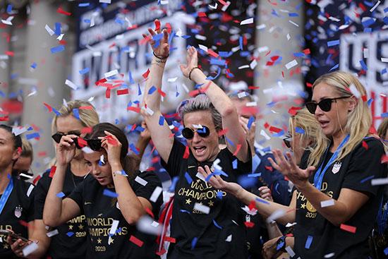احتفالات منتخب أمريكا بشوارع نيويورك (12)
