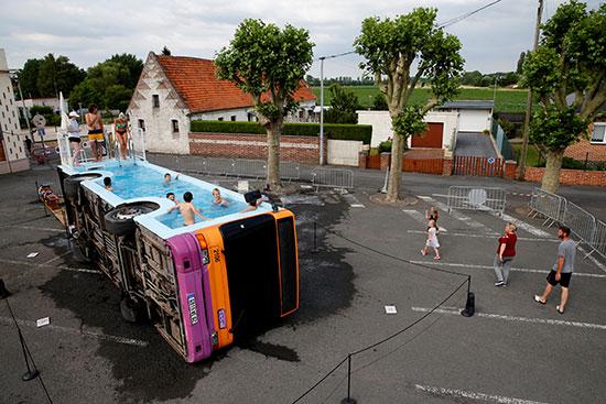 فنان فرنسى يحولون أتوبيس خرج من الخدمة لحمام سباحة (5)