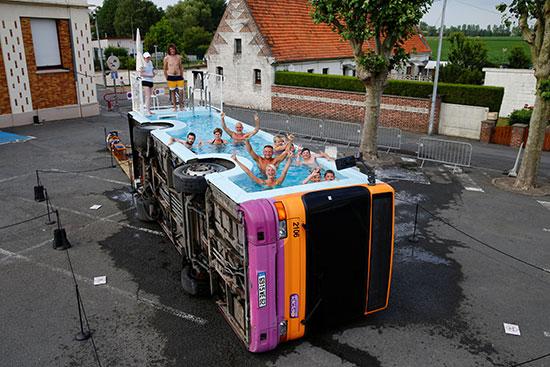 فنان فرنسى يحولون أتوبيس خرج من الخدمة لحمام سباحة (2)