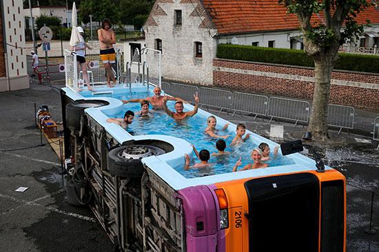 فنان فرنسى يحولون أتوبيس خرج من الخدمة لحمام سباحة (3)