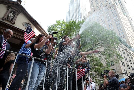 احتفالات منتخب أمريكا بشوارع نيويورك (3)