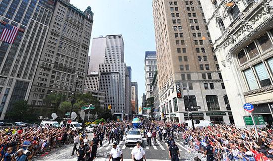 احتفالات منتخب أمريكا بشوارع نيويورك (1)