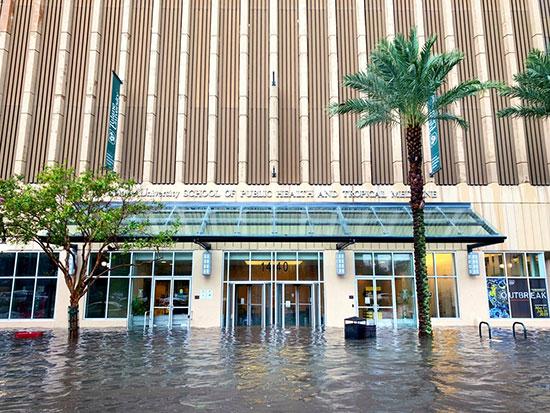 ارتفاع منسوب المياه أمام واجهة إحدى فنادق المدينة