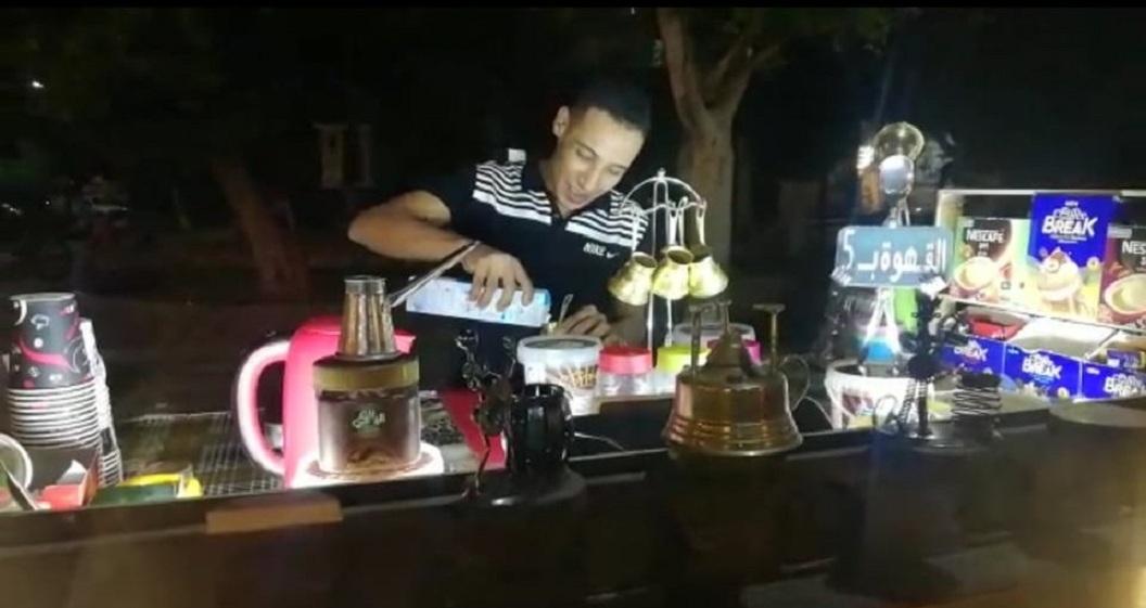 أثناء عمل الشاب في مشروعه