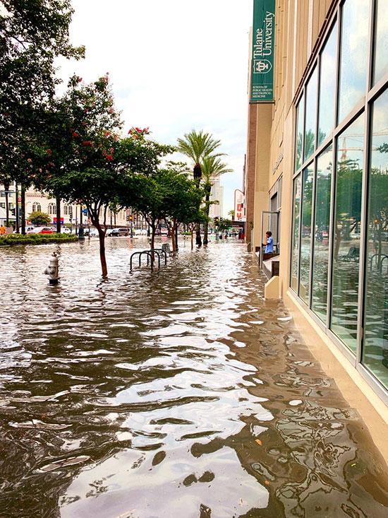 مياه غزيرة تغمر شوارع المدينة