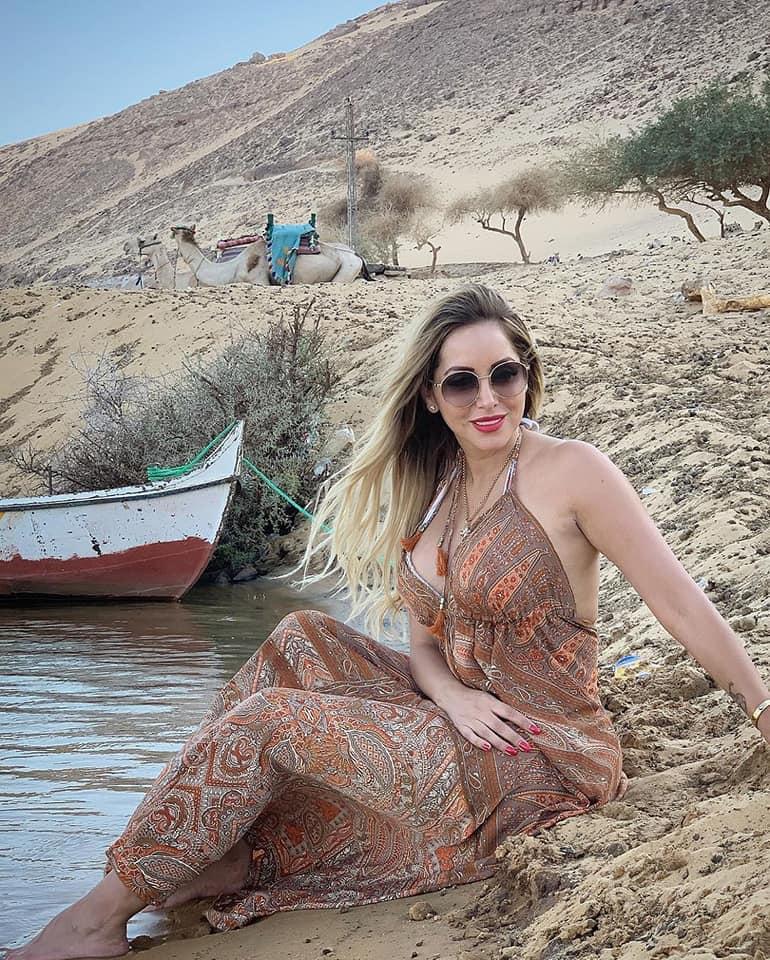 زوجة لاعب برشلونة خلال زيارتها للمعالم السياحية بأسوان (8)