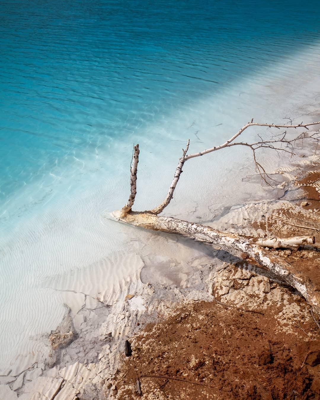 بحيرة روسية زرقاء سامة تحظى بإقبال السائحين (2)