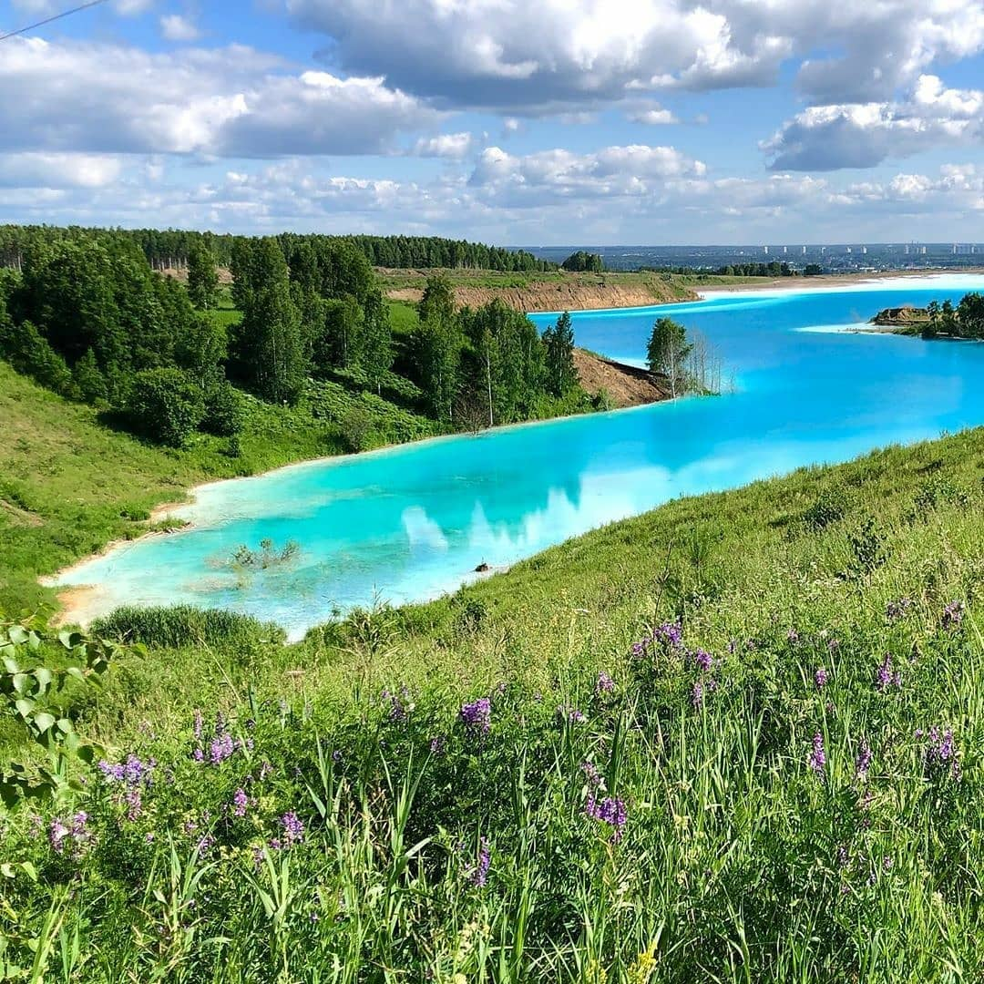 بحيرة روسية زرقاء سامة تحظى بإقبال السائحين (1)
