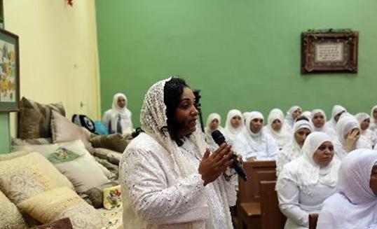 سجينة تتحدث أمام الضيوف
