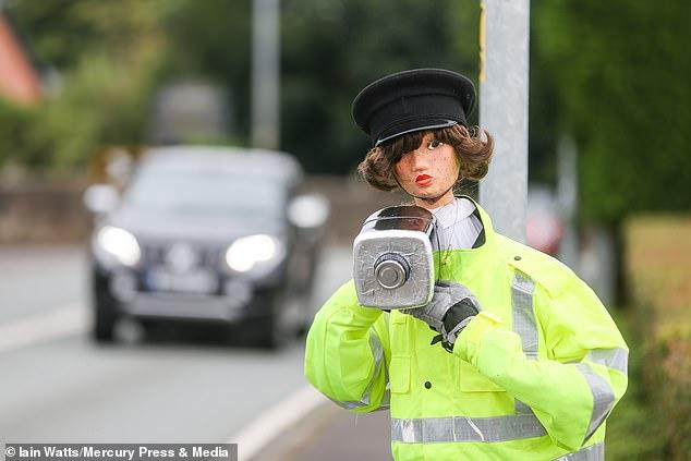 امرأة تبتكر حيلة لإبطاء السيارات بعد رفض طلبها بوجود كاميرا مراقبة.. شوف عملت أيه؟  (5)