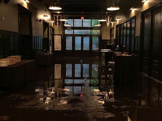 فندق امتلأت ارضه بمياه الفيضانات