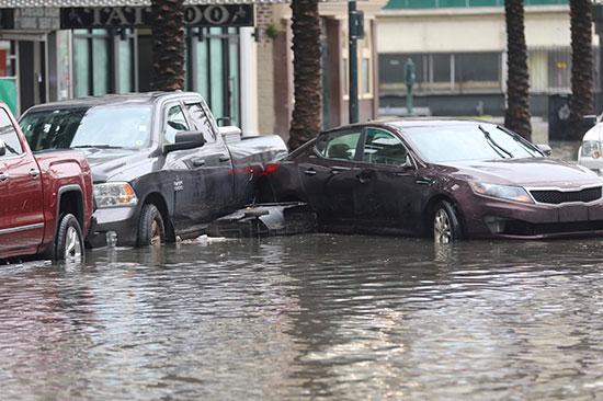 غرق السيارات فى مياه الفيضانات