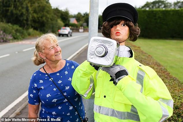امرأة تبتكر حيلة لإبطاء السيارات بعد رفض طلبها بوجود كاميرا مراقبة.. شوف عملت أيه؟  (4)
