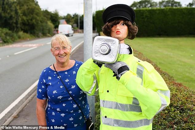 امرأة تبتكر حيلة لإبطاء السيارات بعد رفض طلبها بوجود كاميرا مراقبة.. شوف عملت أيه؟  (3)