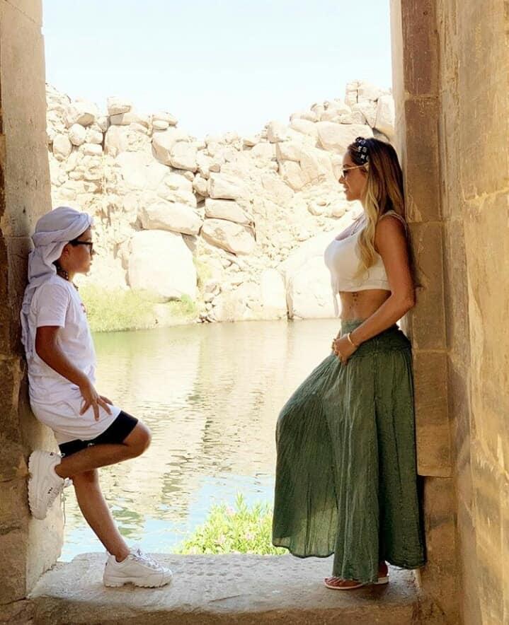 زوجة لاعب برشلونة خلال زيارتها للمعالم السياحية بأسوان (7)