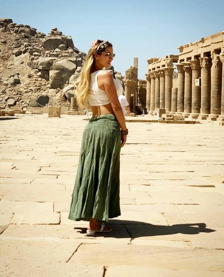 زوجة لاعب برشلونة خلال زيارتها للمعالم السياحية بأسوان (5)