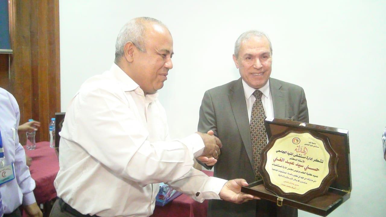 تكريم عميد كلية الطب (1)