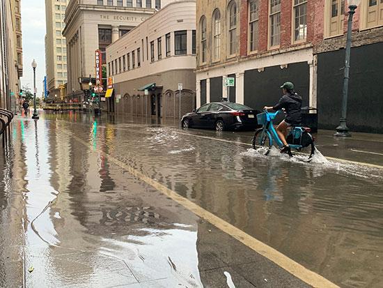 شوارع المدينة ممتلئة بمياه الفيضانات