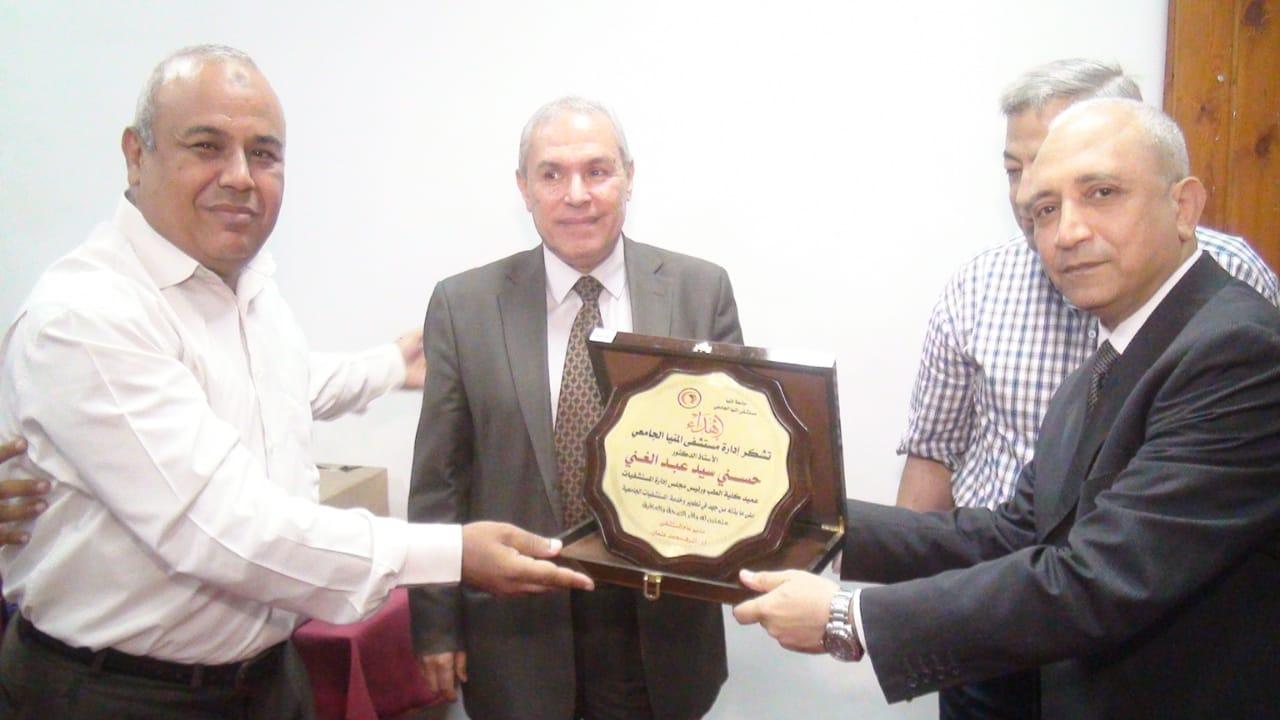 تكريم عميد كلية الطب (2)