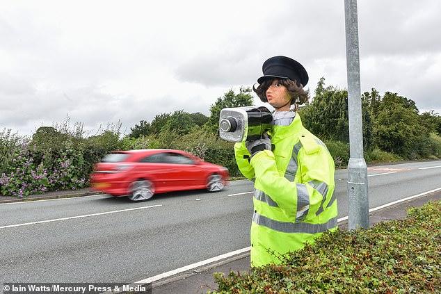 امرأة تبتكر حيلة لإبطاء السيارات بعد رفض طلبها بوجود كاميرا مراقبة.. شوف عملت أيه؟  (2)