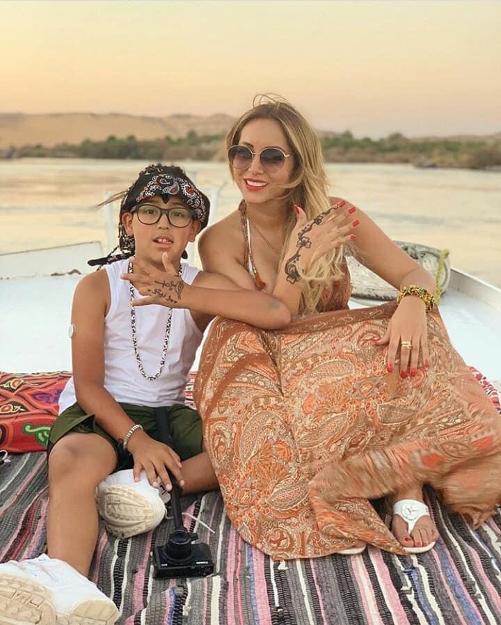 زوجة لاعب برشلونة خلال زيارتها للمعالم السياحية بأسوان (13)
