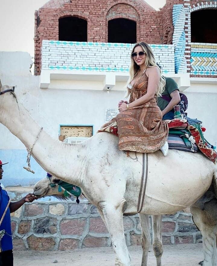 زوجة لاعب برشلونة خلال زيارتها للمعالم السياحية بأسوان (4)