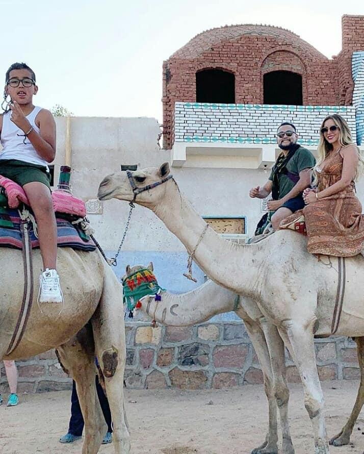 زوجة لاعب برشلونة خلال زيارتها للمعالم السياحية بأسوان (6)