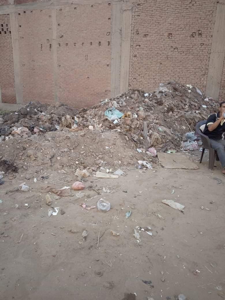 تراكم القمامة بجوار المعهد الدينى بالمحلة (2)
