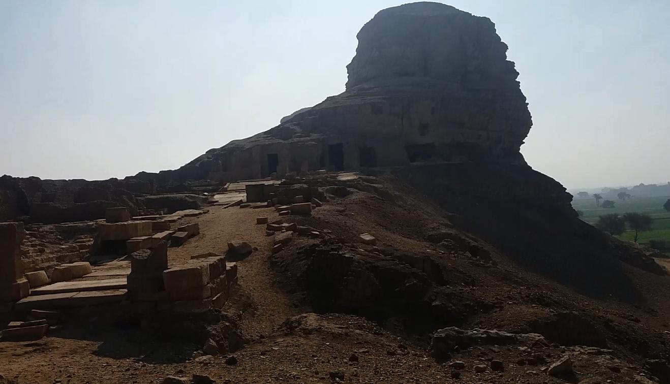 معبد نيرون المنحوت ي الجبل بقرية طهنا الجبل